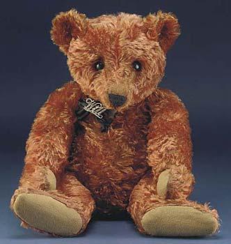 """49bb6d67000 Este urso castanho-canela tem um alfinete em prata com o nome """"Will"""". Foi  produzido por volta de 1908 e vendido em leilão"""