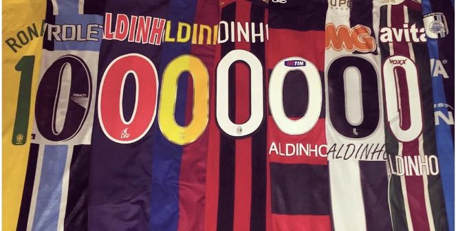 El propio Ronaldinho también mostró un poco su propia colección de camisetas e87d02ae80d