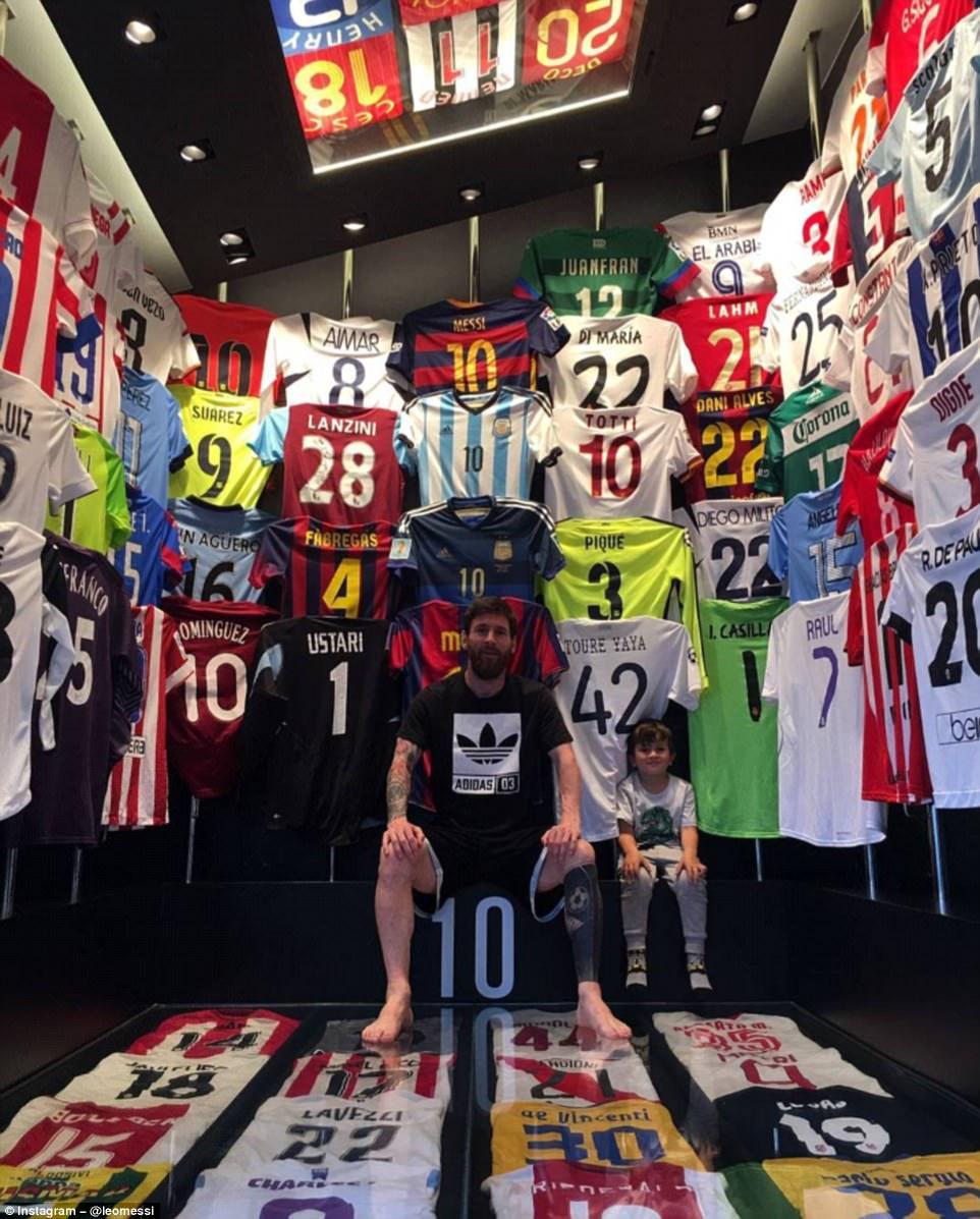 Aquí está con su hijo Thiago y con su increíble colección de camisetas. A  lo largo de los 13 años de su increíble carrera ha estado en la posición  perfecta ... 75ecb9d100e