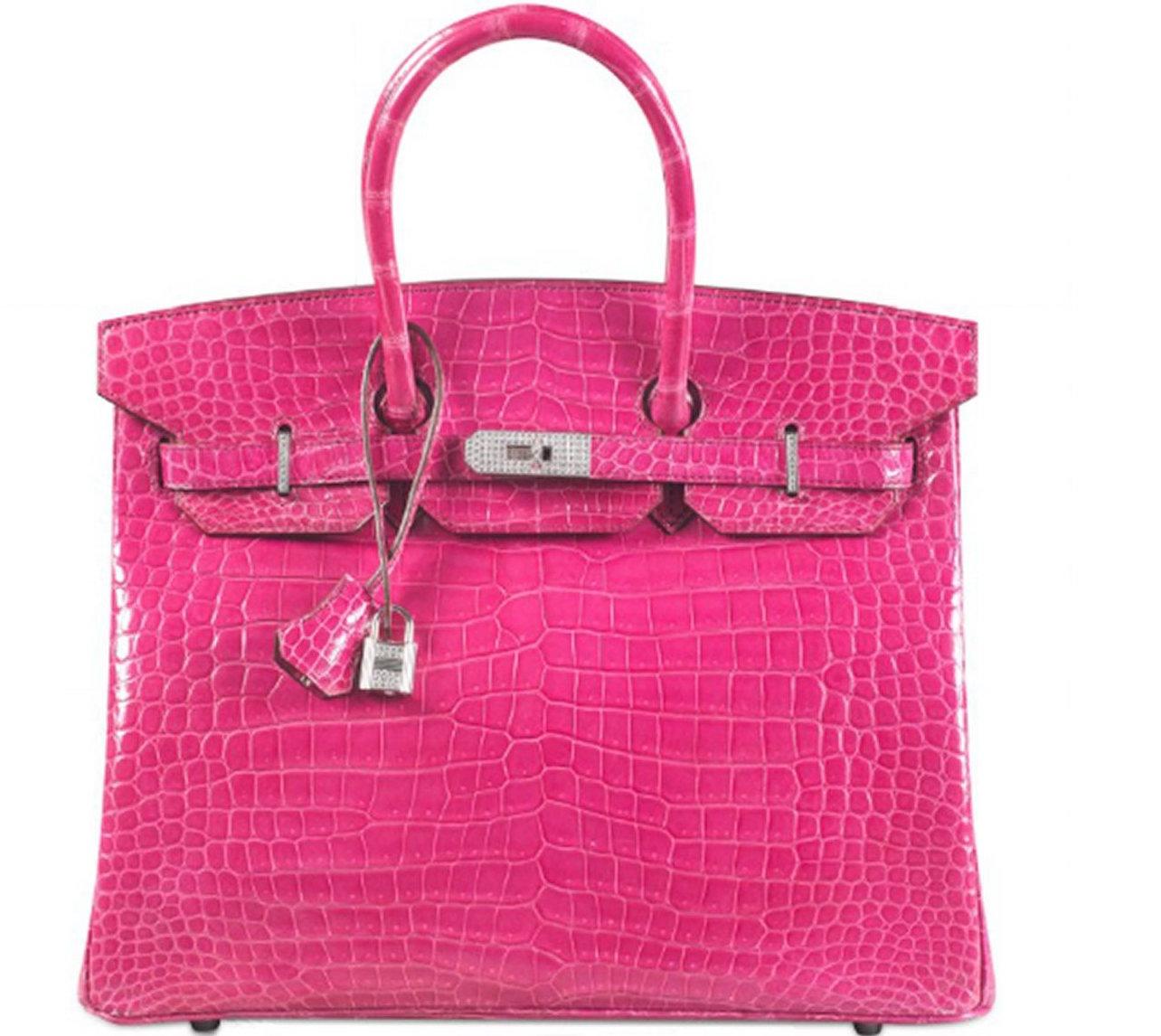 4ef6077802 Le Birkin par Hermès est l'un des sacs les plus populaires au monde. En  2015, ce sac rose serti d'or 18 carats et de diamants a été vendu aux  enchères par ...