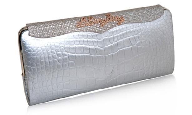 34dbc8102d3c Cette pochette argentée en cuir de crocodile est complétée d un fermoir en  or blanc serti de 1 500 diamants noirs et blancs.