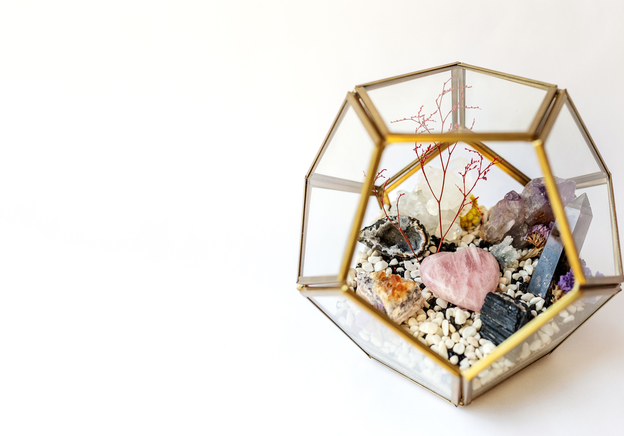 How to decorate your garden using minerals and crystals