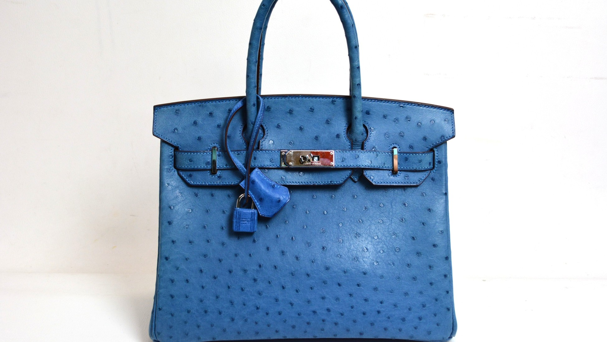 292e851825d8 Le premier sac dessiné par Coco Chanel en 1929 était une pochette, tout à  fait semblable aux sacs existants et destinés aux femmes de la ...