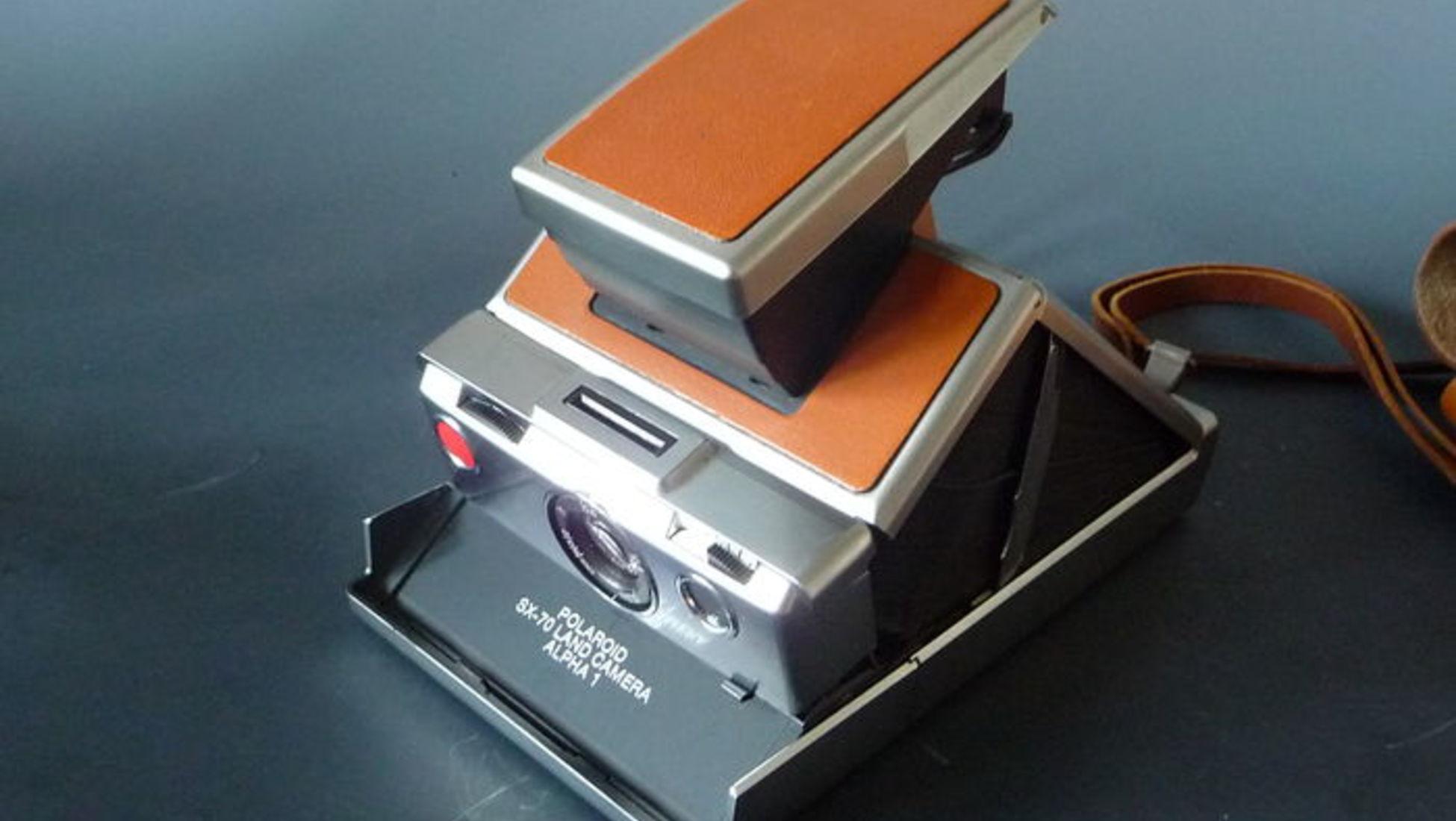 Polaroid - Modelo 110A com lente obturador alemão - 350 € A característica  que torna esta máquina fotográfica única é a capacidade de ajustar o tempo e  a ... a8495c3f19