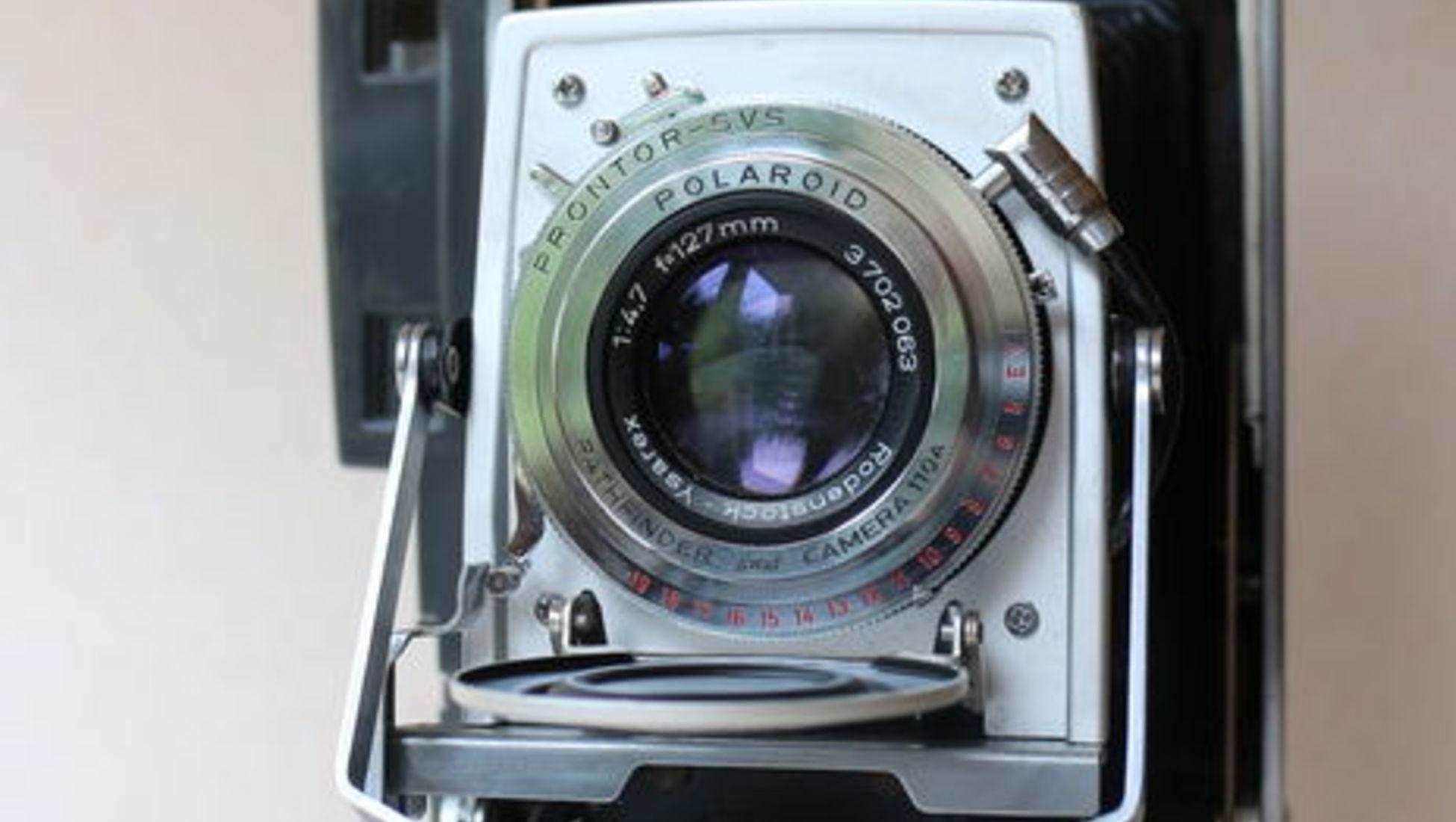 1. Polaroid 120 Pathfinder - cerca de 1960 - 420 € Quando foi vendida em  leilão, esta Polaroid 120 estava acompanhada da luz de flash original e de  um ... 40054f4a8d