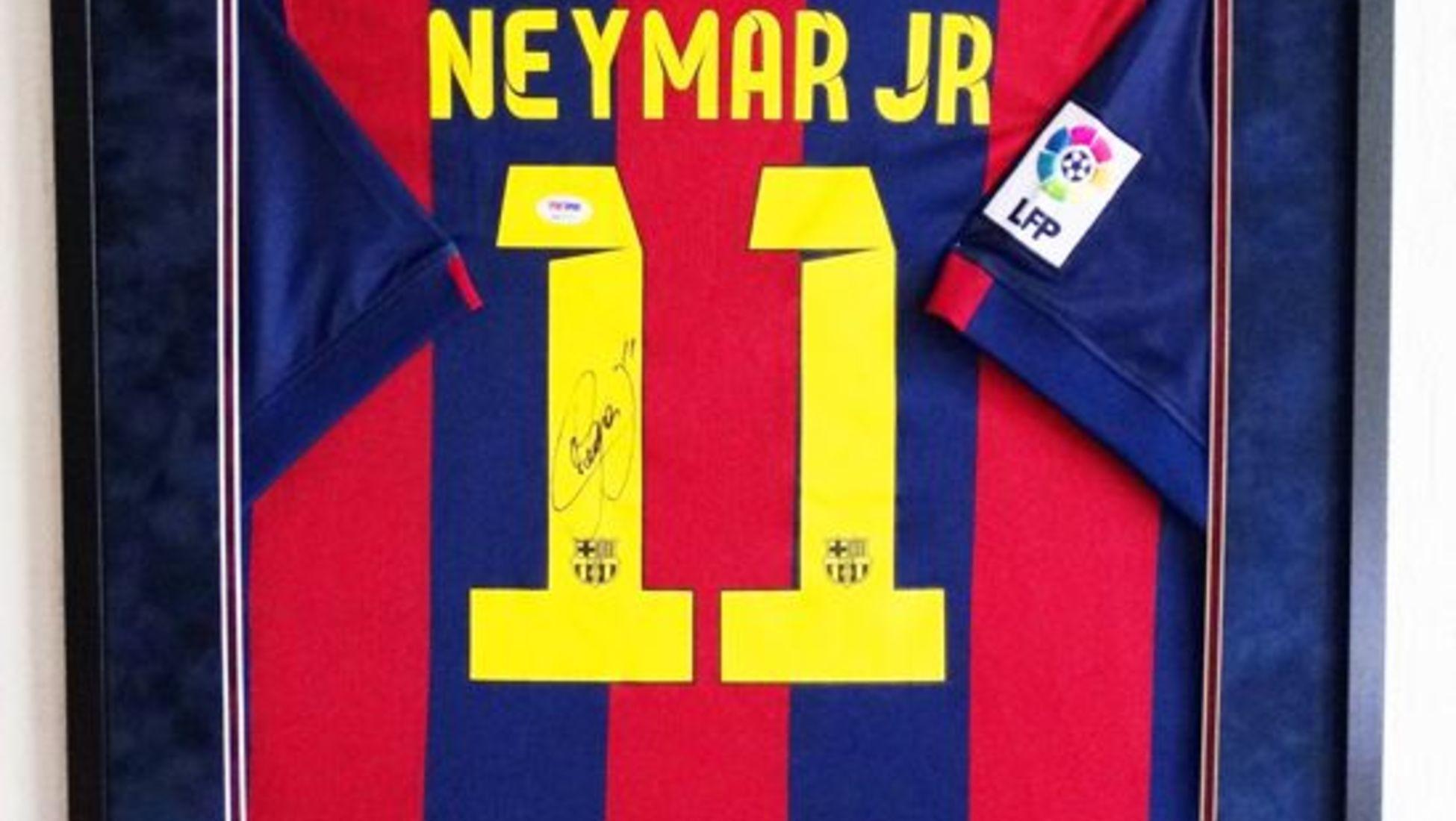 A continuación tenemos una camiseta firmada por el ya retirado futbolista  argentino be8399346d064