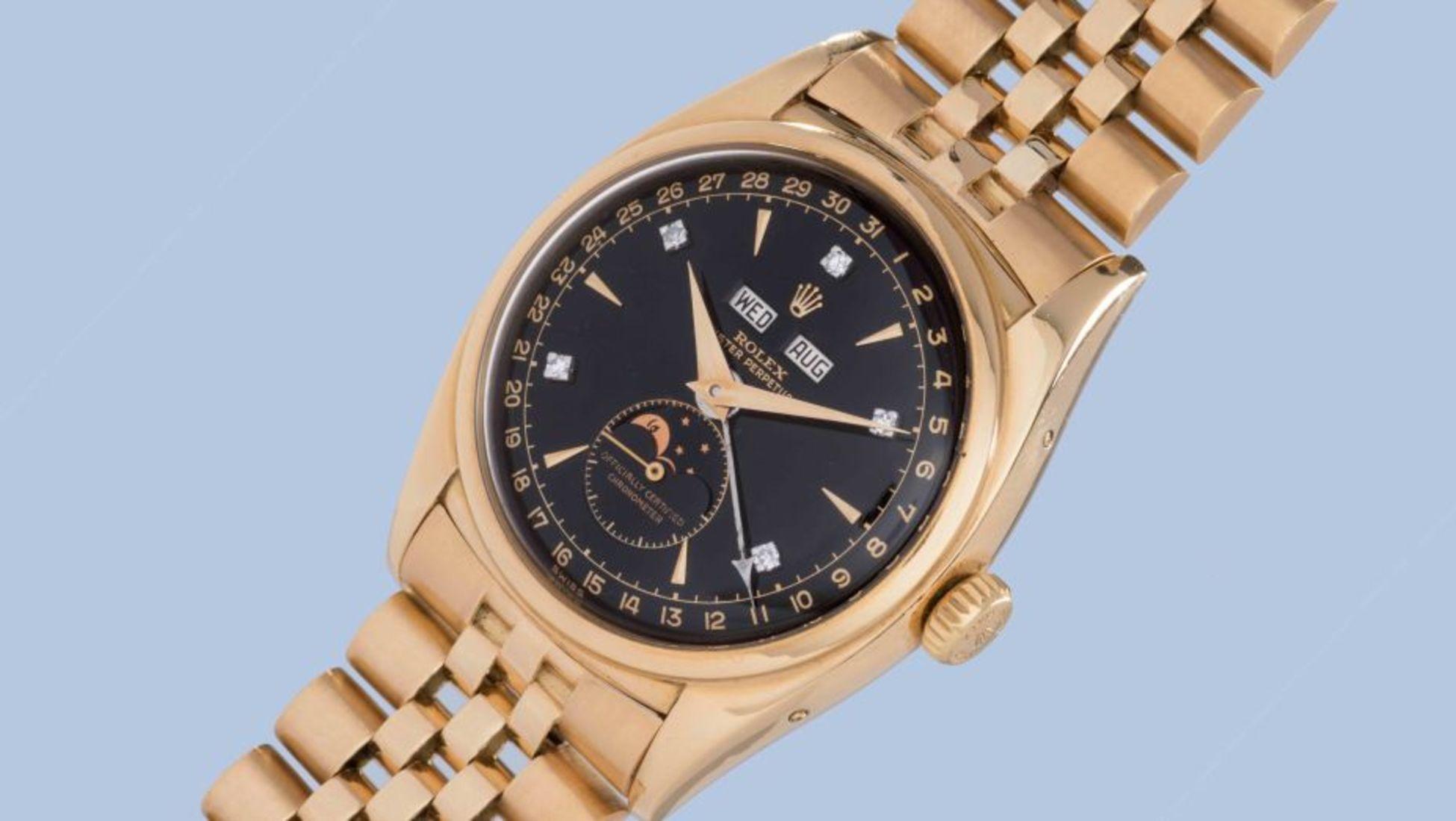 a4d8642149c Este relógio é em ouro amarelo de 18 quilates com marcadores com diamantes  e mostrador preto.