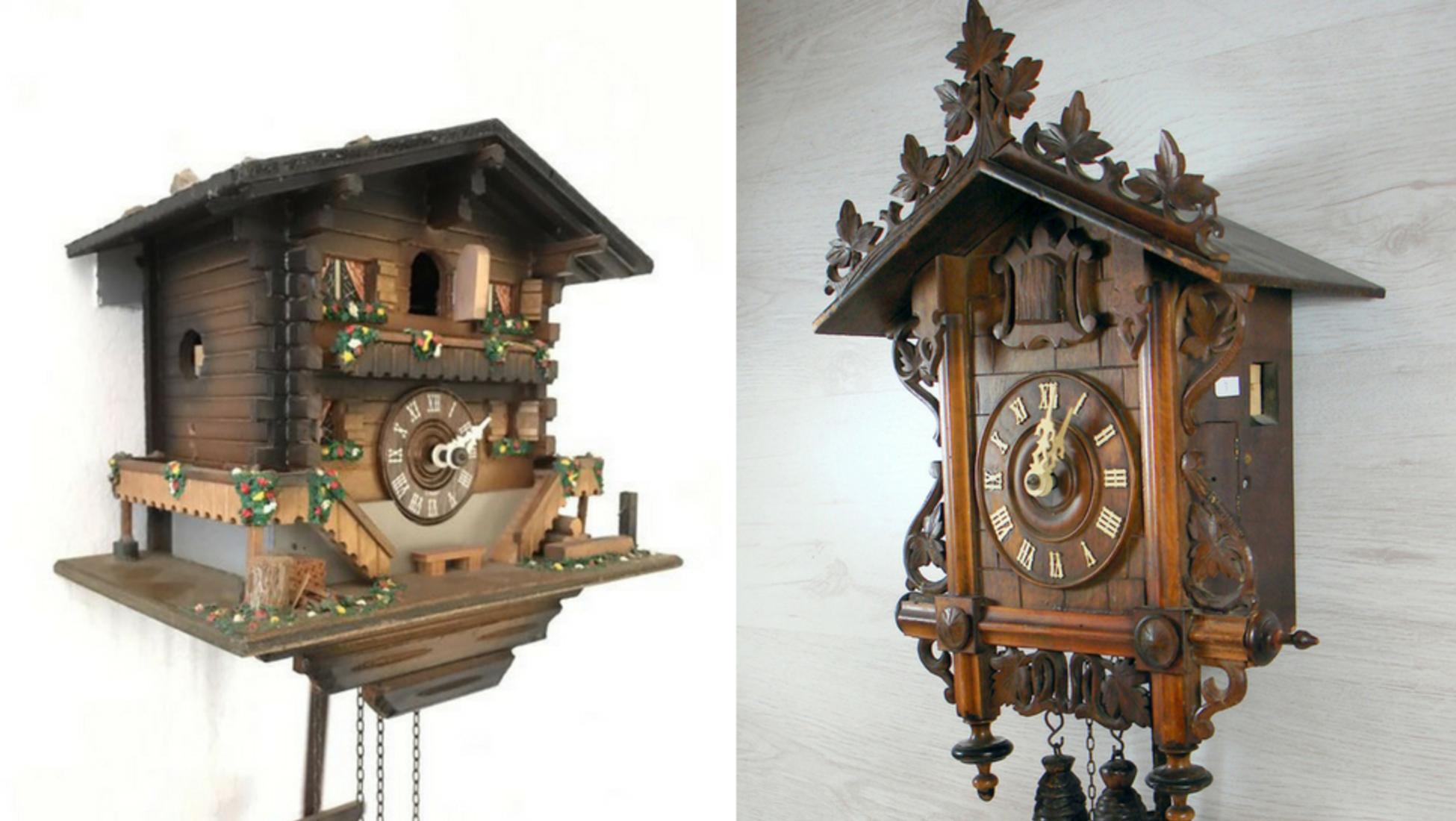 c2aae1c8158 Esquerda  Relógio de cuco estilo chalet suíço de início do século XX.  Direita  Relógio de cuco estilo estação ferroviária da Alemanha Ocidental  de início do ...